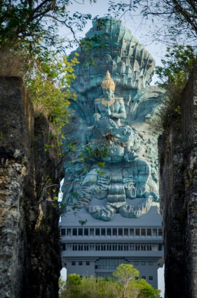 Pohled z parku na sochu